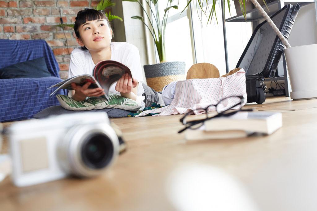 留学について思いを巡らす日本人女性
