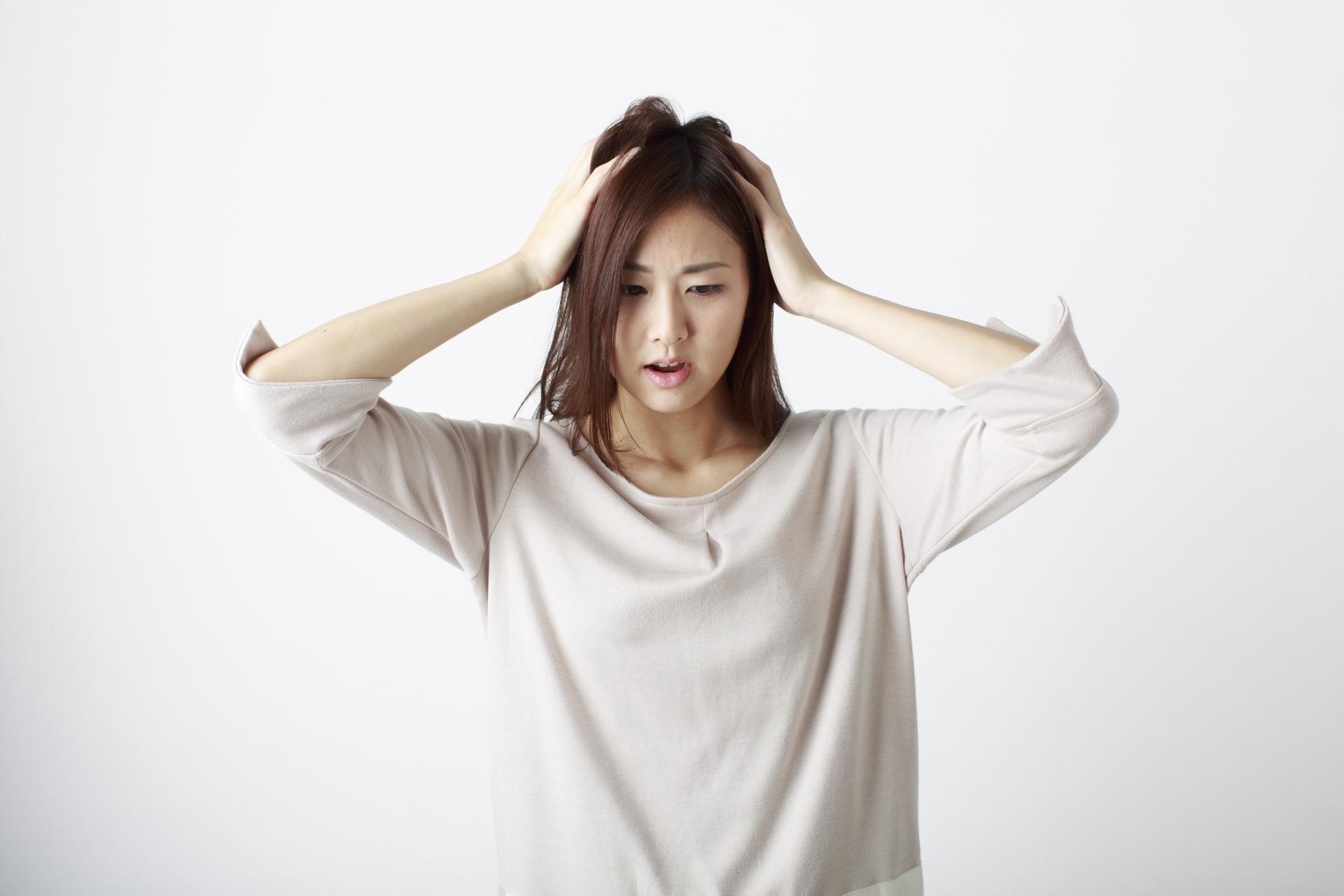 頭を抱える日本人女性