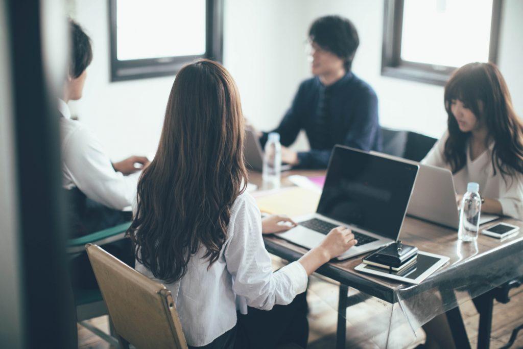 パソコンをいじる日本人女性