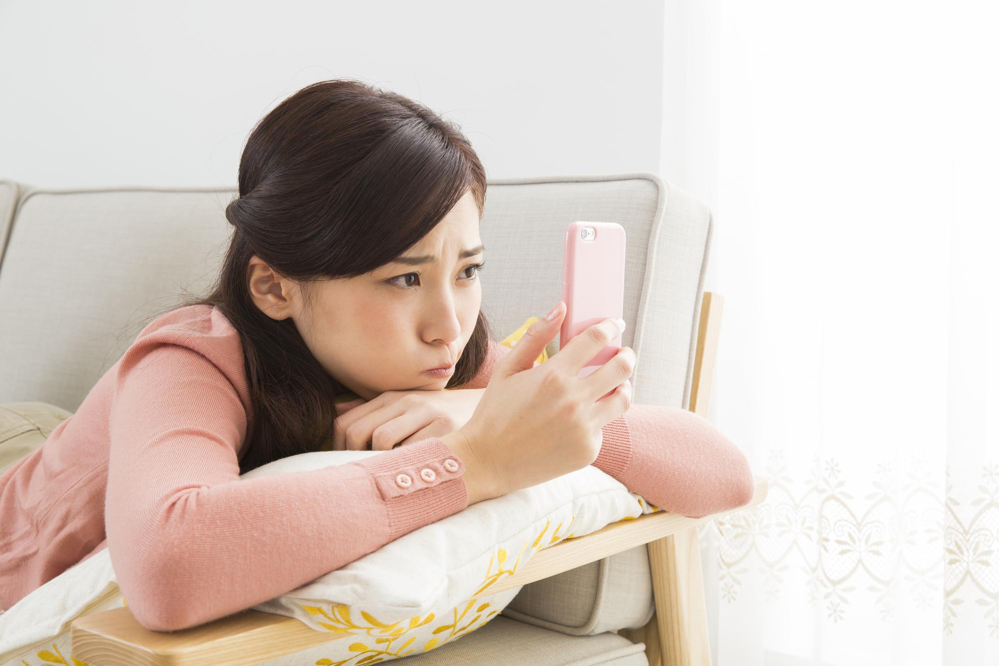 スマホで悩む日本人女性