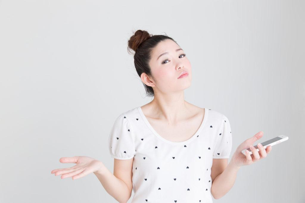 スマホを片手に問いかける日本人女性