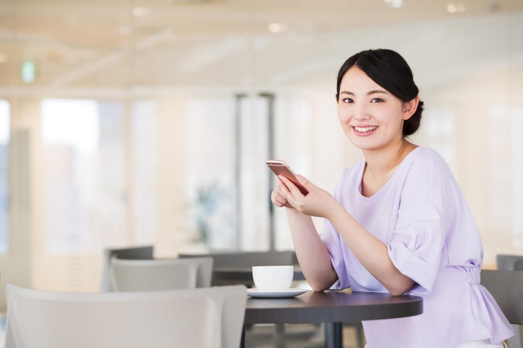 スマホを手にする日本人女性