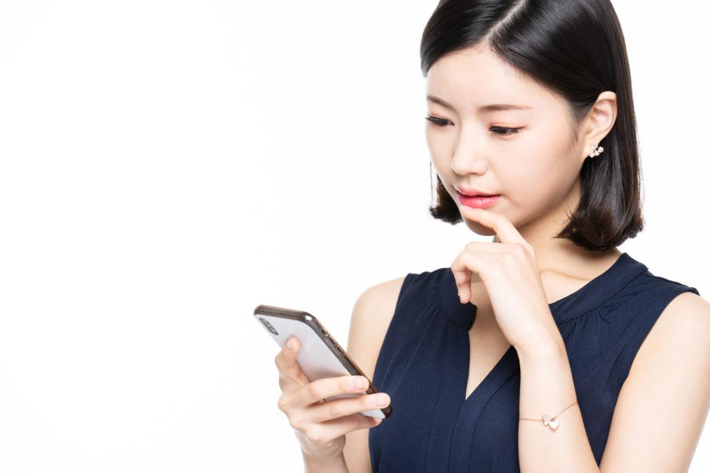 スマホを利用する日本人女性