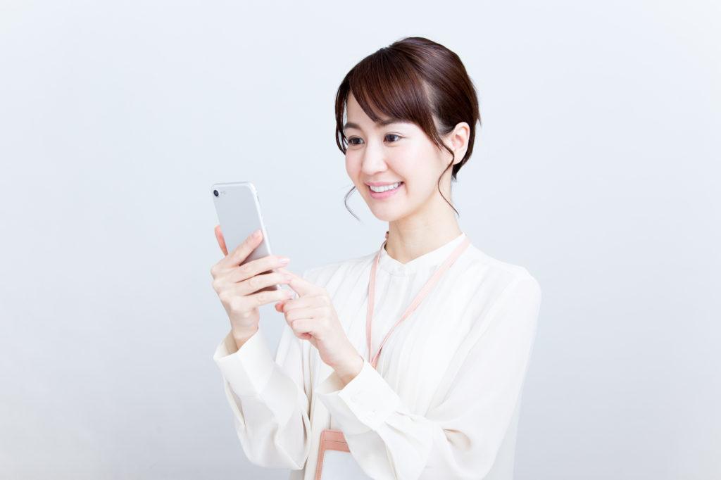 スマホを触る日本人女性