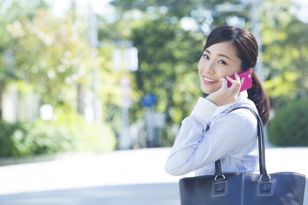 スマホで話す日本人女性