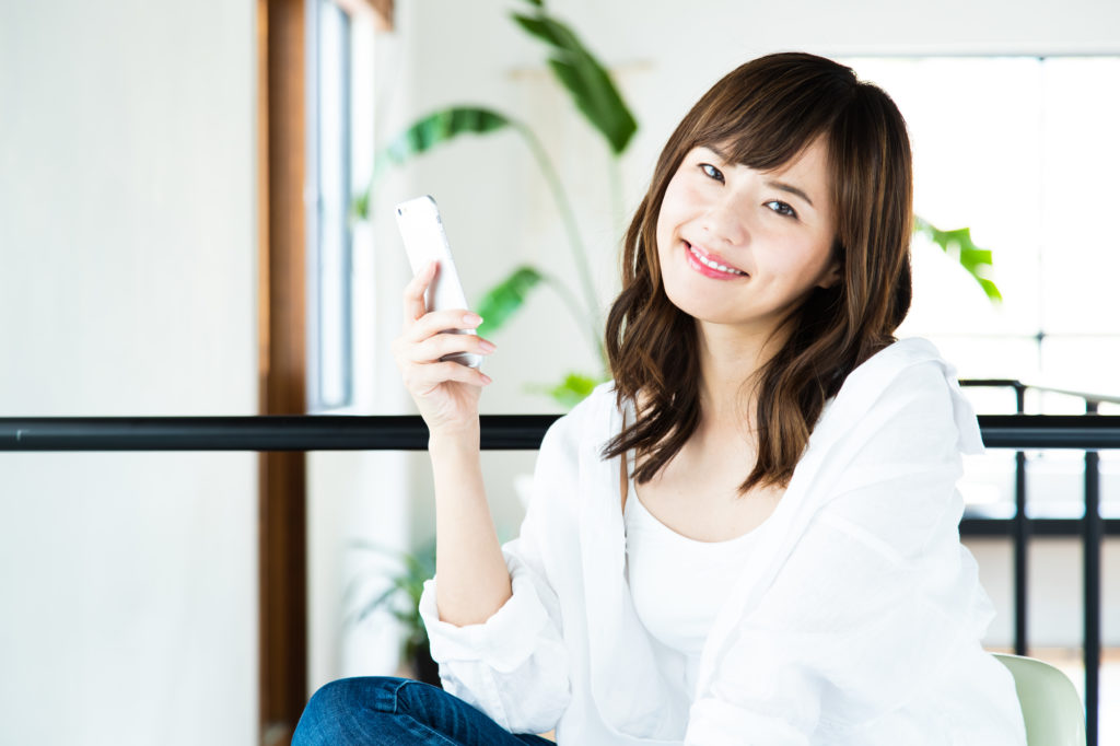 スマホでアプリを使いこなす日本人女性
