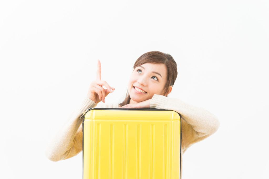 スーツケースを抱える日本人女性
