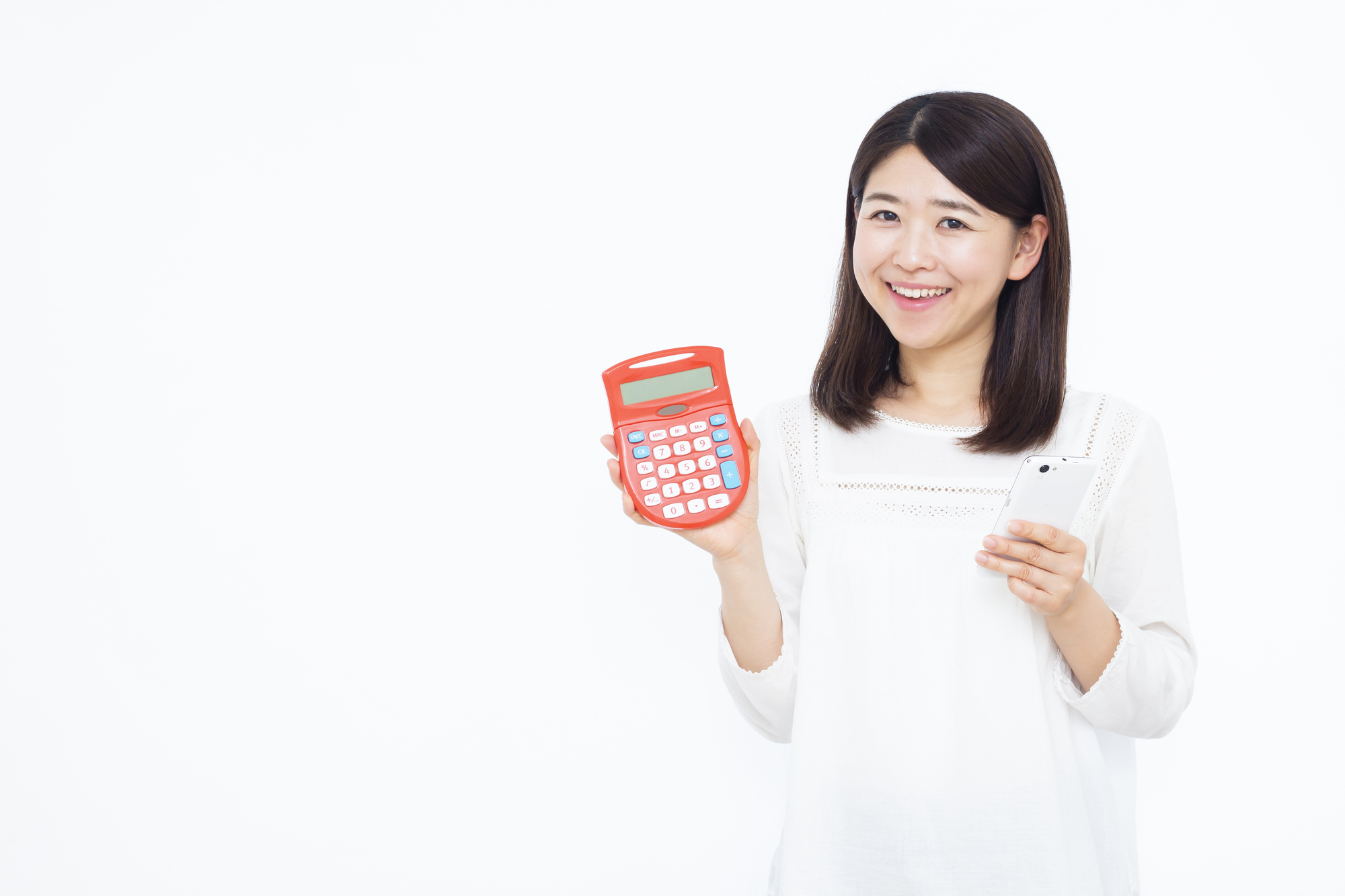 電卓を片手に持つ日本人女性