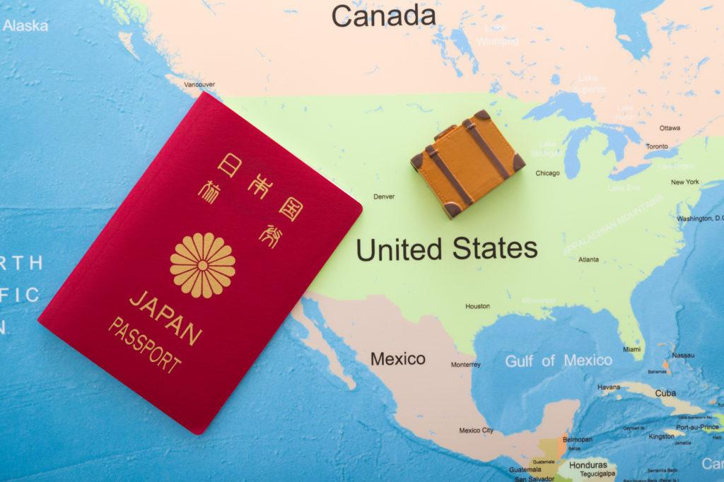 アメリカ地図とアタッシュケースと日本パスポート