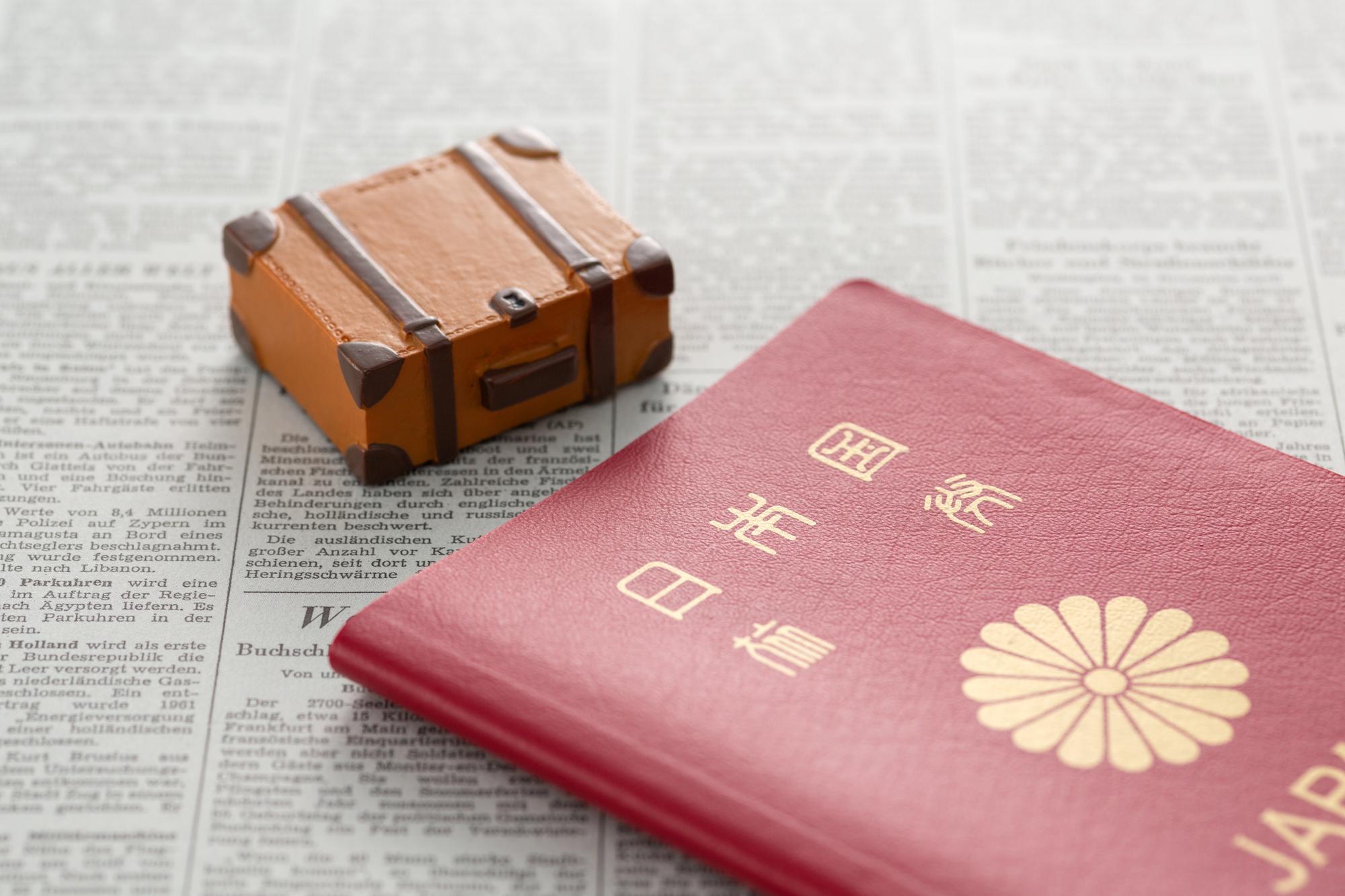 アタッシュケースと日本パスポート